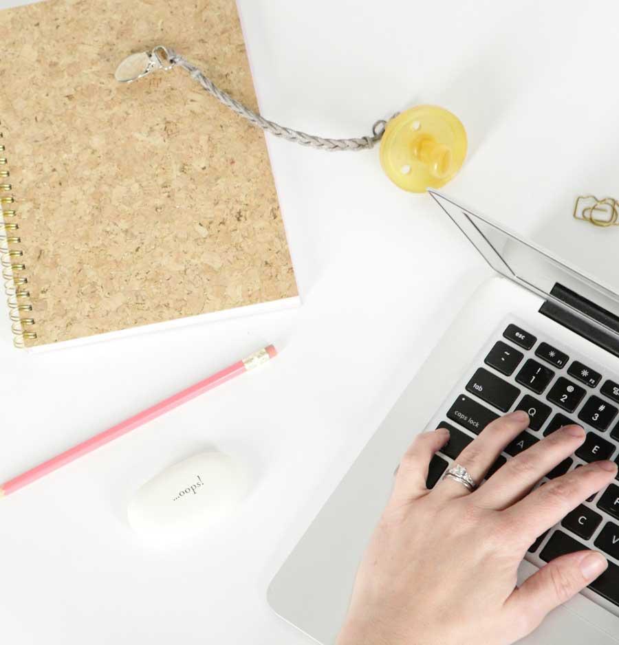 trucs-de-blogueuse-tétine-bébé-ordinateur-maman-